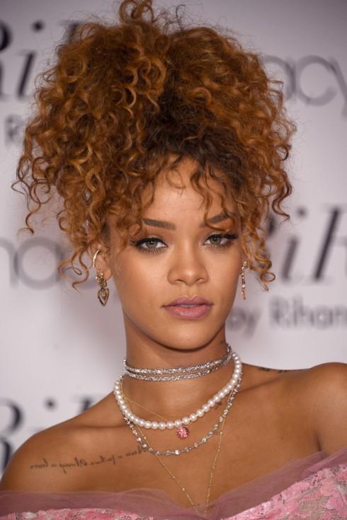 Rihanna-vibe-1492636034-640x961.jpg